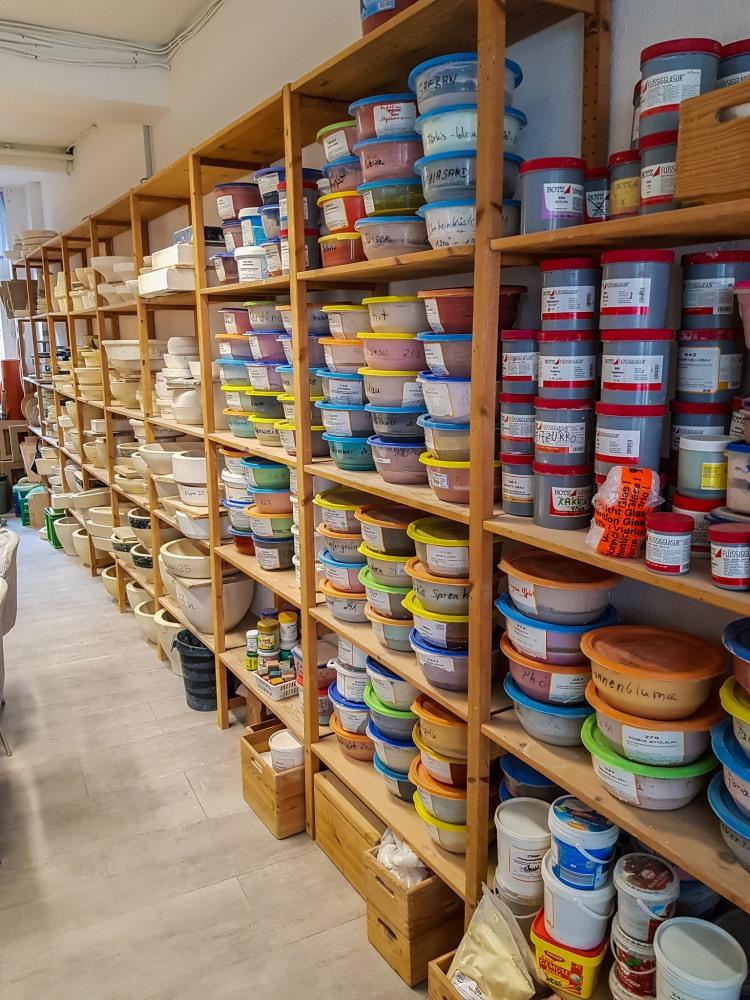 Regal mit Keramikfarben